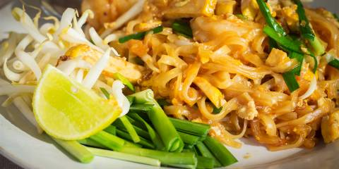 A plate of traditional vegetarian Pad Thai