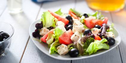 Mediterranean salad, with foods of a mediterranean diet, helpful to those with asthma