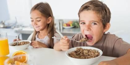 children eating cereal
